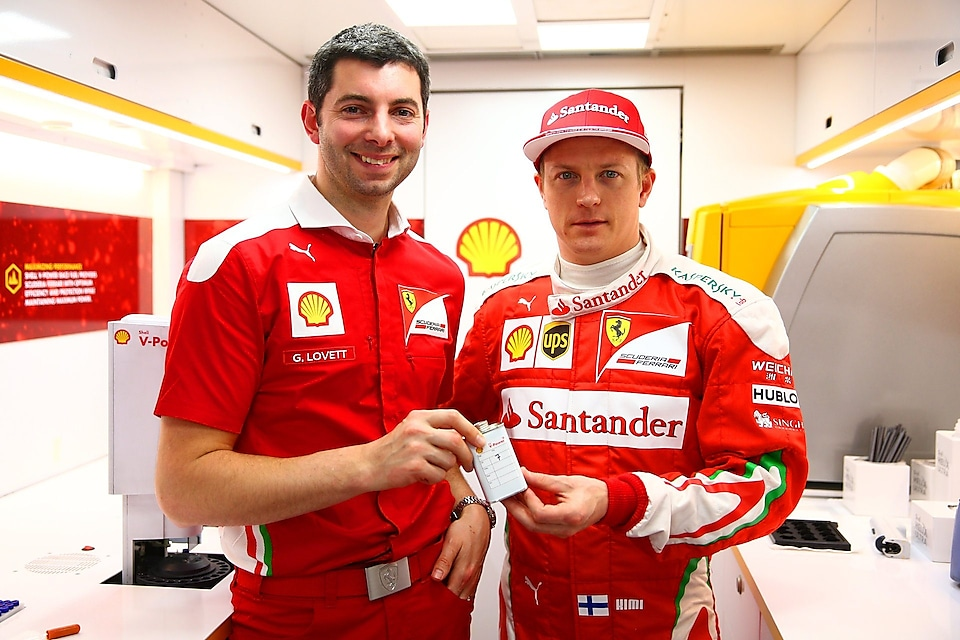 Guy Lovett et Kimi Raikkonen font la promotion de Shell V-Power
