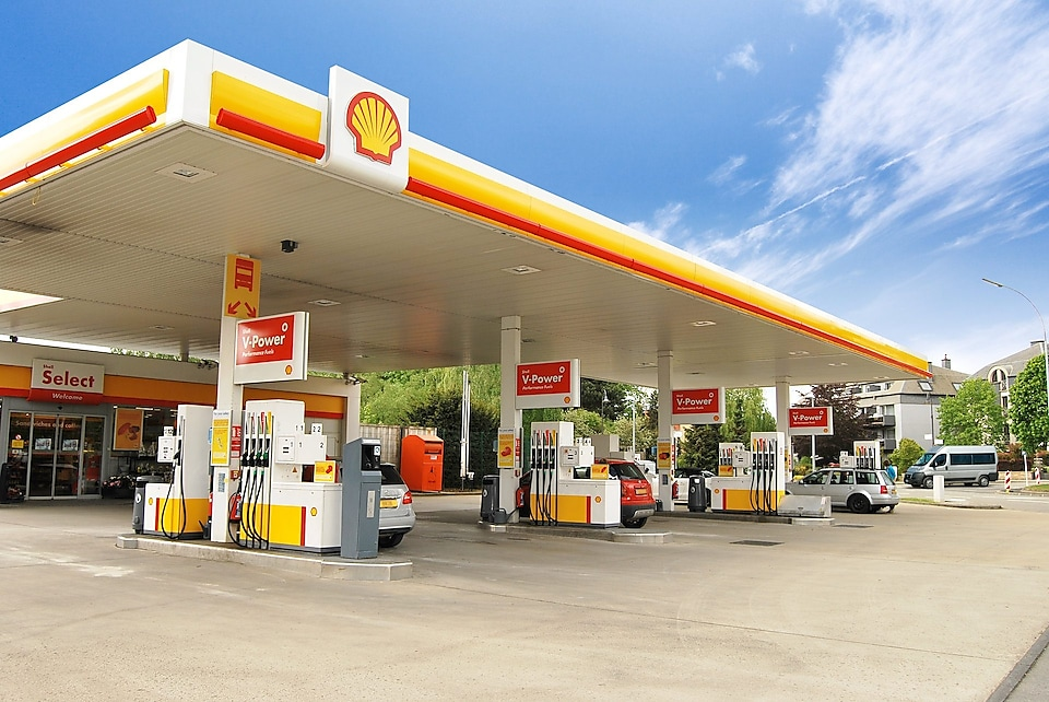 Shell station met blauwe luch