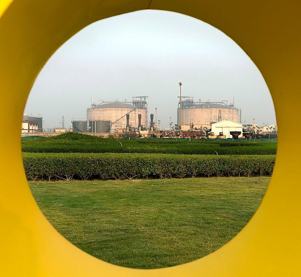 Fotoproject India, Nederland, 2014 - LNG-tanks Hazira